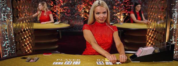 Baccarat Tisch im Casino mit blonder Dealering