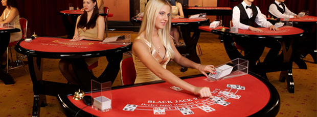 Backjack Tisch im Casino mit blonder Dealerin